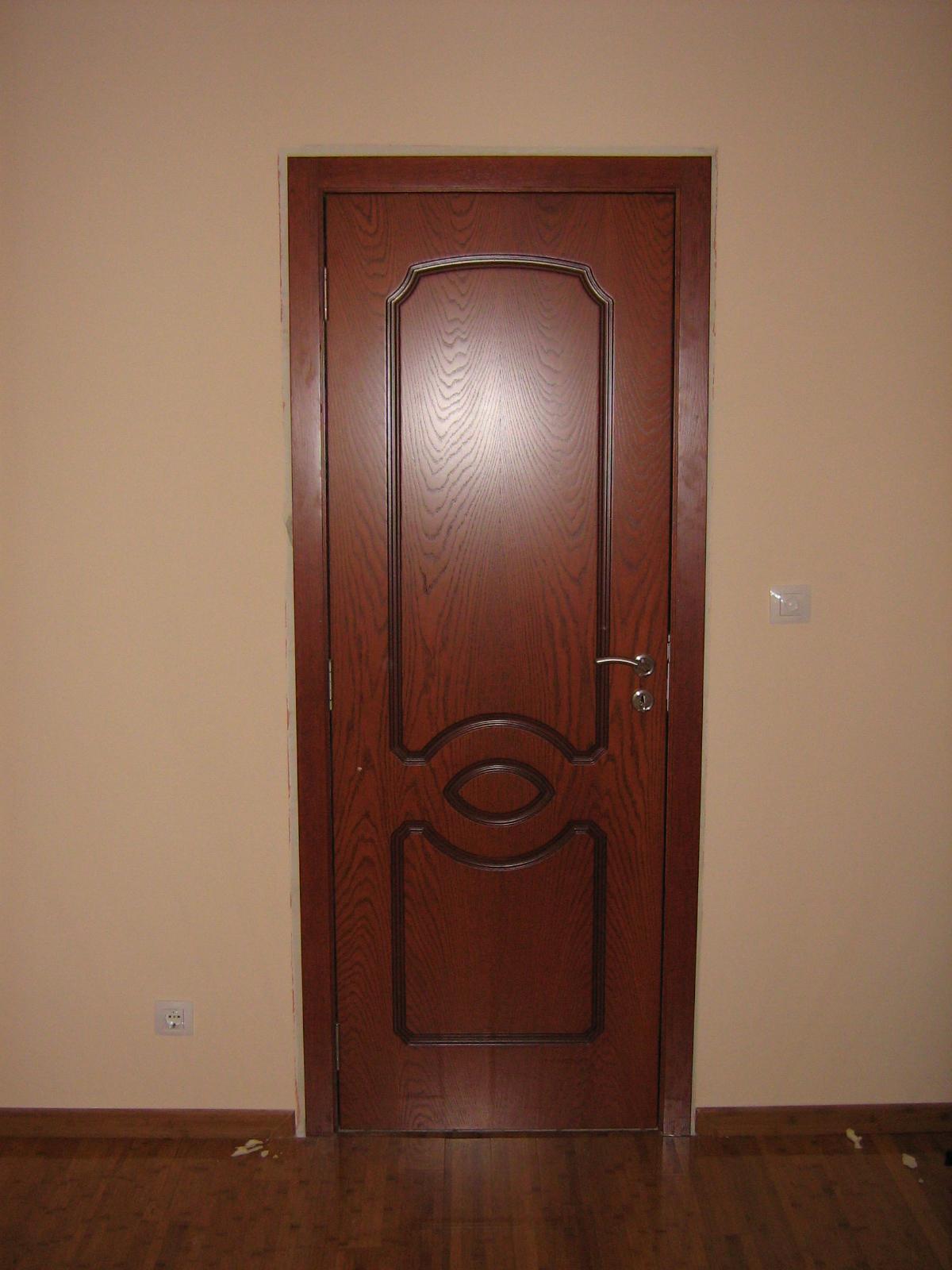 Интериорна врата от МДФ с естествен фурнир, фрезована по изисване на клиента