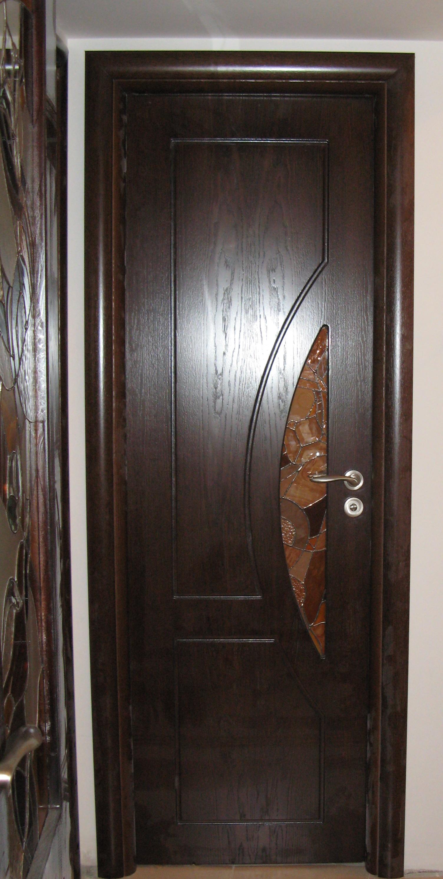Интериорна врата от МДФ с фурнир, фрезована, нестандартно остъкление с витраж